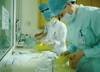 一院院长阮列敏解释说,控制,减少甚至取消门诊输液,既是为了减轻病人