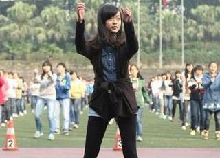 学生操老师视频_近日重庆南开中学体育老师将其改变成适合中学生的课间操,4000名学生