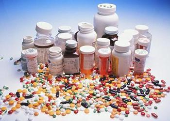 果汁有酸性,药品如果是碱性的,就会改变药物的结构,影响药效甚至带来